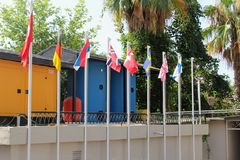 Alanya, Turquie, juillet 2017 : drapeaux des pays européens sur des mâts de drapeau Image libre de droits
