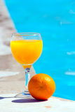 Alaranjado e vidro com sumo de laranja Fotografia de Stock Royalty Free