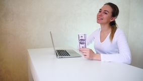 Alarde femenino del jugador de póker del triunfo almacen de metraje de vídeo
