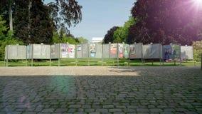 Alargamento cinemático da luz solar sobre cartazes políticos vídeos de arquivo