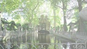 Alargamento cinemático sobre Marie De Medicis Fountain em Paris, França vídeos de arquivo