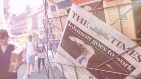 Alargamento cinemático sobre o jornal do Times do suporte da imprensa video estoque