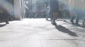 Alargamento cinemático sobre o Monckebergstrasse em Hamburgo central vídeos de arquivo