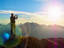 Alargamento da lente O caminhante toma a foto do selfie Turista no pico imagem de stock royalty free