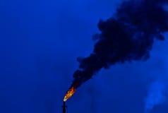 Alargamento da refinaria na noite Imagens de Stock Royalty Free