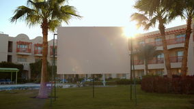 Alargamento de Sun atrás de um quadro de avisos urbano vazio video estoque