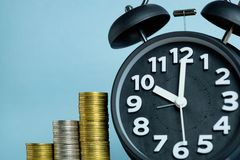Alarm clock and step of coins stacks, time for savings money con Stock Photography