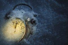 Alarm clok door sneeuw wordt behandeld die Royalty-vrije Stock Afbeelding