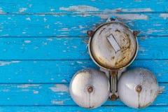 Alarma clásica en una pared de madera azul en el invierno en el exterior Imagenes de archivo