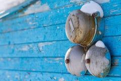 Alarma clásica en una pared de madera azul en el invierno en el exterior primer Foto de archivo