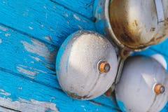 Alarma clásica en una pared de madera azul en el invierno en el exterior primer Imagen de archivo libre de regalías