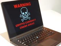 Alarma Crypto del desplome de la moneda Cuidado en la pantalla del ordenador portátil Fotos de archivo libres de regalías