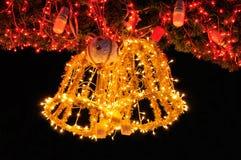 Alarma de cascabeleo de oro en el árbol de navidad Foto de archivo libre de regalías