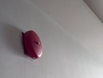 Alarma de incendio roja en la pared blanca Imagen de archivo