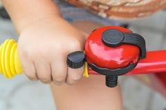 Alarma de la bicicleta en los manillares Imagen de archivo libre de regalías