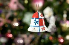 Alarma de la Navidad con el fondo del treeon Imagen de archivo libre de regalías