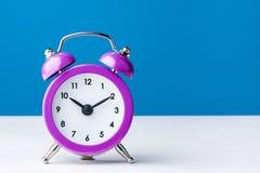 Alarma magenta colorida del reloj del vintage Imagen de archivo libre de regalías