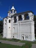 Alarma-torre con el reloj. Imagenes de archivo