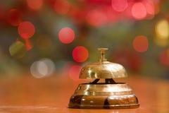 Alarma vieja del hotel en un soporte de madera Fotos de archivo