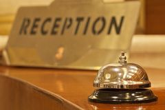 Alarma vieja del hotel en un soporte de madera Imágenes de archivo libres de regalías