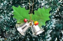 Alarmas de cascabeleo en el árbol de navidad Imagen de archivo