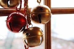 Alarmas de la Navidad en día nevoso fotografía de archivo