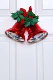 Alarmas de la Navidad en una puerta blanca Fotografía de archivo