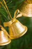 Alarmas de oro en el árbol de navidad Foto de archivo libre de regalías
