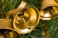 Alarmas de oro en el árbol de navidad Fotos de archivo libres de regalías