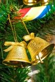 Alarmas de oro en el árbol de navidad Fotografía de archivo