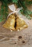 Alarmas de oro en el árbol de navidad en la madera Imágenes de archivo libres de regalías