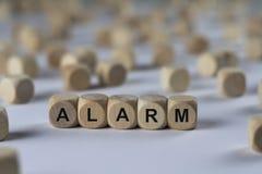 Alarme - cube avec des lettres, signe avec les cubes en bois Image libre de droits