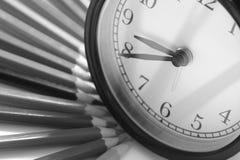 Alarme los lápices de un reloj y del color fotografía de archivo libre de regalías