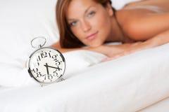 alarmowego tła łóżka zegaru trwanie kobieta Zdjęcie Royalty Free