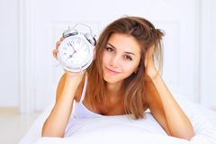 alarmowy łóżka zegaru dziewczyny ranek Zdjęcia Stock