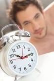 Alarmuhr, die Mann aufweckt lizenzfreie stockfotos