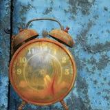 Alarmuhr gegen Blau. Lizenzfreies Stockfoto