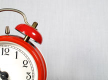 Alarmuhr im Vordergrund lizenzfreies stockfoto