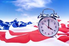 Alarmuhr mit amerikanischer Flagge Stockfotos