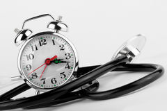 Alarmuhr mit Stethoskop Lizenzfreie Stockbilder