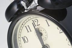 Alarmuhr stellte auf das zwölf O `Borduhr ein Stockbilder