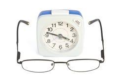 Alarmuhr und Gläser Lizenzfreies Stockbild