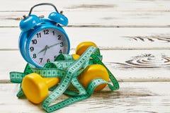 Alarmuhr und messendes Band Stockbild