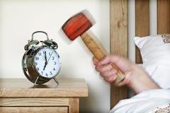 Alarmuhr und Vorschlaghammer Stockbild