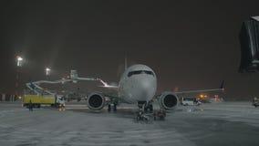 Alas de cola de descongelación del aeroplano antes de la salida de la noche metrajes