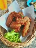 Alas de Fried Chicken y verdura verde Fotos de archivo