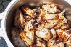 Alas de pollo asadas a la parilla Imagen de archivo libre de regalías
