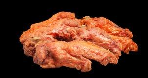 Alas de pollo asadas a la parrilla aisladas en fondo negro Imagen de archivo libre de regalías