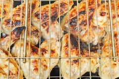 Alas de pollo asadas a la parrilla en parrilla Fotografía de archivo libre de regalías