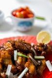 Alas de pollo asiáticas caramelizadas con el foco selectivo Foto de archivo